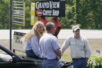 کریستا دوستدختر سابق ریموند (چپ) و صاحب کافی شاپ گراند ویو (راست) در روز حادثه.