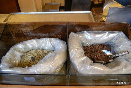 خیلی ها هم ترجیح می دهند قهوه خام یا آسیانشده خریداری کرده و خودشان دانه را بو داده و آسیا کنند.