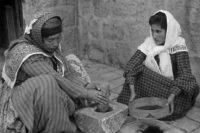 Palestinian-women-grinding-up-coffee-manually-in-1905-TN