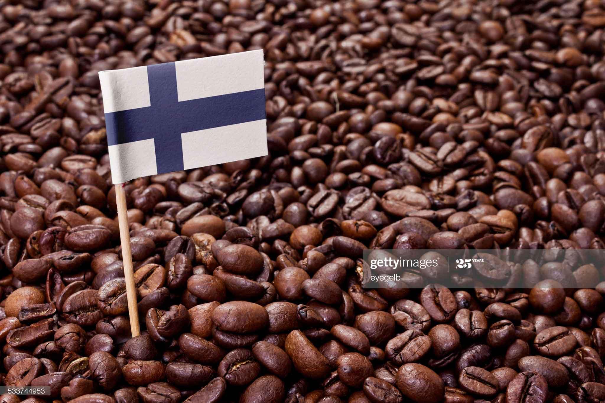 پرچم فنلاند در بین دانههای قهوه